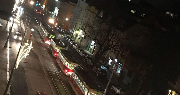 Tramvaj na Malovance srazila chodce: S poraněním ruky a hlavy skončil v nemocnici