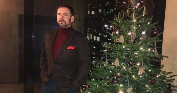 Emanuele Ridi u vánočního stromku na dovolené