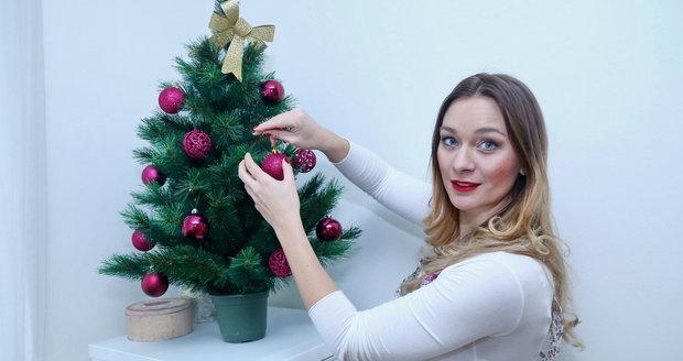 Herečka Bára Mottlová s vánočním stromkem