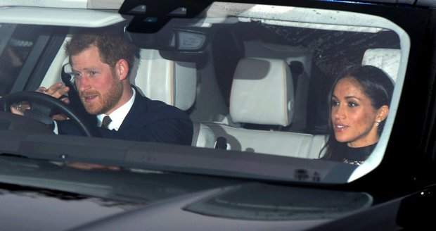 Princ Harry a Meghan Markle přijíždí na rodinný vánoční oběd s královnou Alžbětou II.