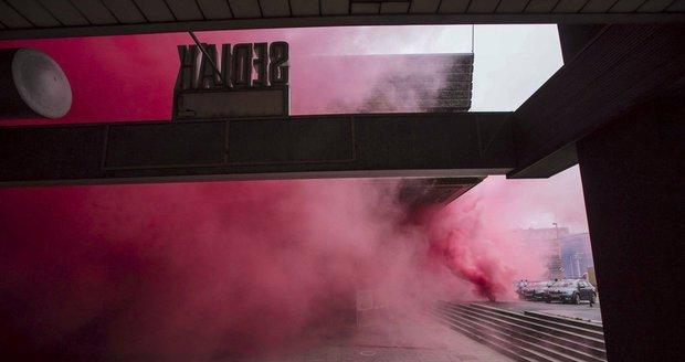 Budova Transgasu se zahalila do růžové mlhy.