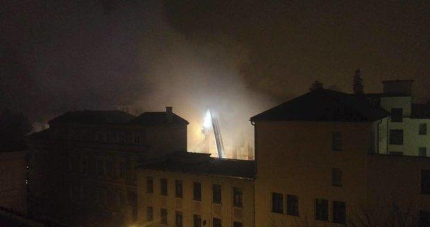 V Krnově na Bruntálsku hoří budova bývalé textilky Karnola.