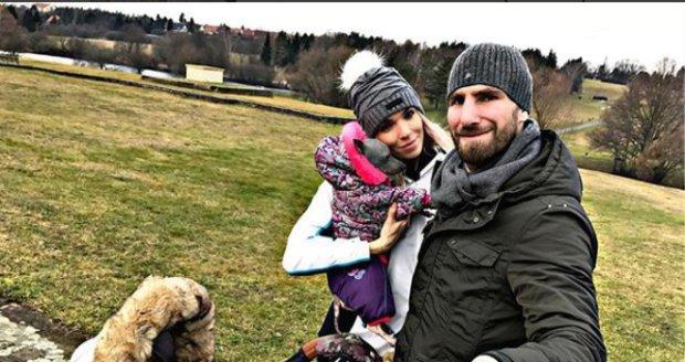 Hana Mašlíková na procházce se synem Andreasem