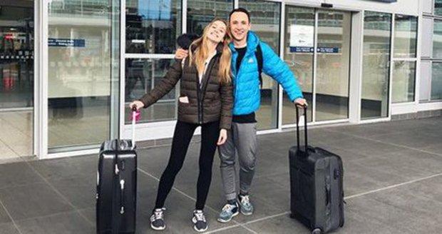 Anna Kadeřávková a Johan Mádr na letišti