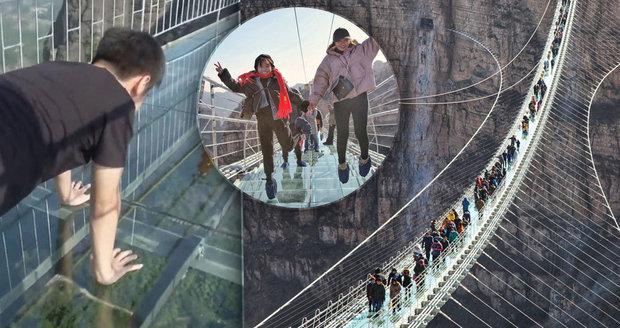 V čínské provincii Che-pej otevřeli nejdelší skleněný most na světě.