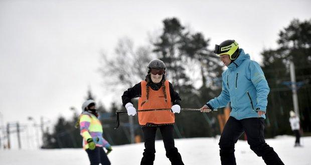 Lyžaři 28. prosince 2017 na sjezdovce lyžařského střediska Stupava na Uherskohradišťsku. Lyžování v těchto dnech ve Zlínském kraji nepřeje počasí. Vysoké teploty a déšť odrazují návštěvníky zimních areálů, přestože na sjezdovkách stále panují slušné podmínky.