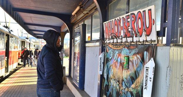 Na Vltavské vznikla Zeď laskavosti  Bezdomovcům tu můžete darovat ... a920a314de