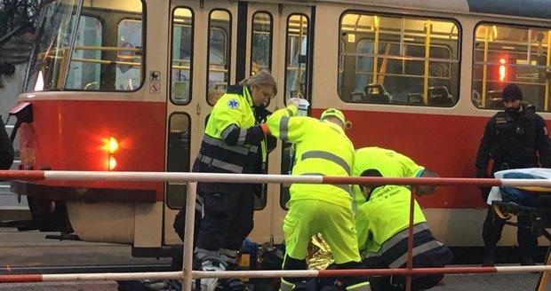 Hasiči v Praze 6 vyprošťují člověka zaklíněného pod tramvají. (ilustrační foto)