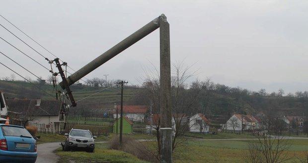 Na východu Prahy porazili zemědělci při orbě stožár vysokého napětí. To je důvodem častých výpadků elektřiny. (ilustrační foto)