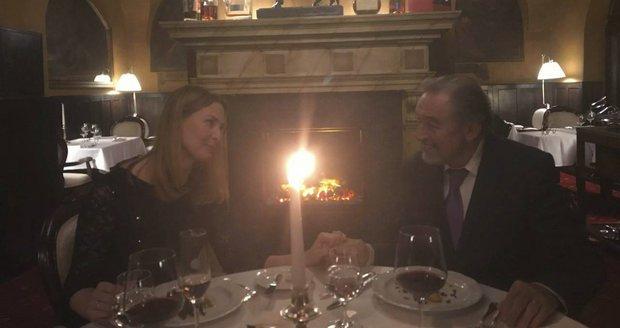 Karel Gott s manželkou Ivanou na večeři oslavovali 10. výročí svatby.