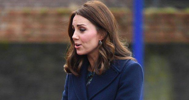 Vévodkyně Kate si držela kabelku před břichem.