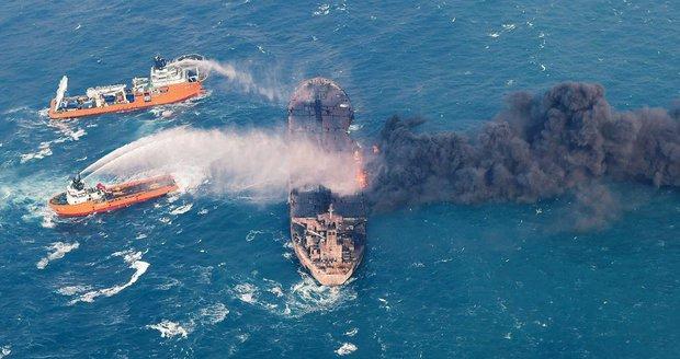 Hořící ropný tanker Sanchi se potopil. Posádka je po smrti