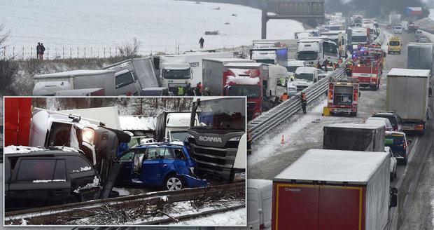 Dálnice D1 byla 19 hodin neprůjezdná: Lidé zde zůstali uvízlí a museli spát v autech