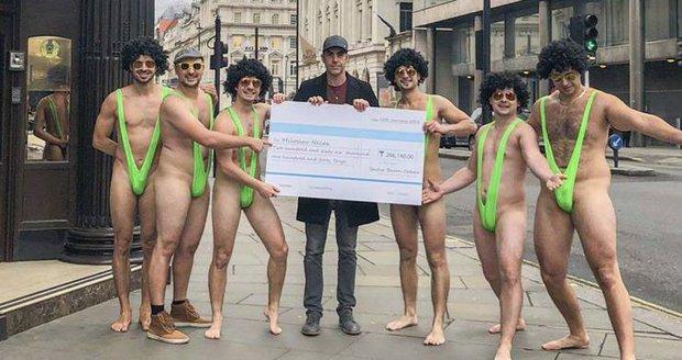 Představitel Borata Sacha Baron Cohen se sešel se skupinkou Čechů, zaplatil za ně pokutu a dal si s nimi pivo v Londýně.