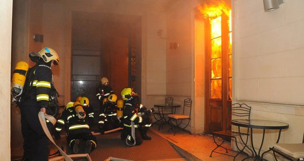 Dramatické fotografie pražských hasičů ze zásahu při požáru hotelu v centru metropole