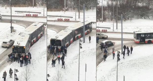 Autobus se v brněnských Bohunicích zasekl kvůli množství sněhu v kopci. Pomohli mu cestující.