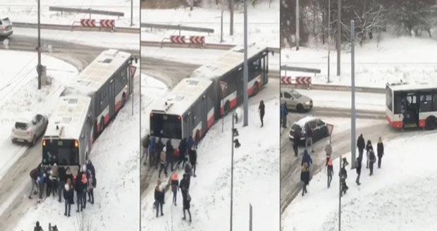 Zafúkané Brno, zafúkané! Autobus zapadlý ve sněhu odtlačili cestující
