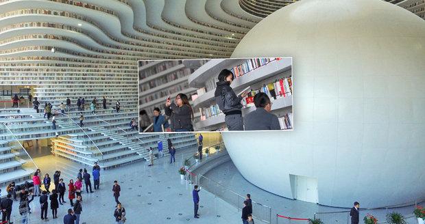 Futuristická knihovna v Číně láká čtenáře z celého světa.