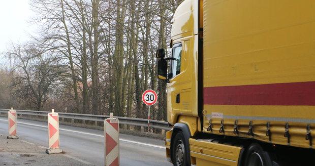 Ředitelství silnic a dálnic v pondělí 19. února v 15 hodin okamžitě uzavřelo most u Černé Hory na Blanensku. Je v tak havarijním stavu, že hrozí jeho zřícení. Omezení rychlosti nepomohlo.