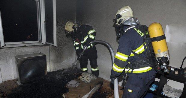 Požárníci oheň uhasili a zachránili při tom z bytu dvě kočky.