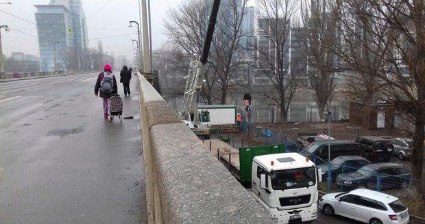 Na Libeňském mostě už pracují první jeřáby.
