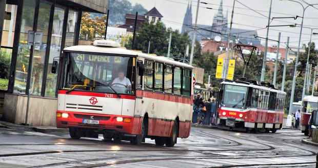 Studenti a senioři ušetří na dopravě. Vláda schválila slevy na autobusy a vlaky