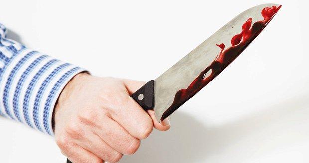 Vytopil sousedy, zbil spolubydlícího a pak se vrhl s nožem na tátu: Zoufalce zastavila policie