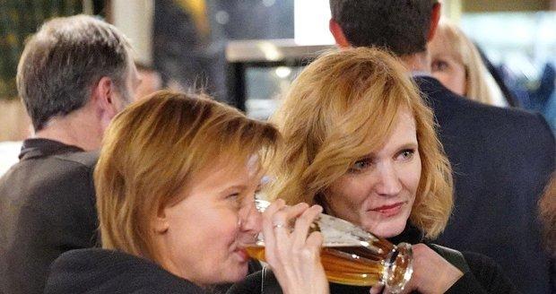 Aňa Geislerová a Jitka Schneiderová si dávaly pivo.