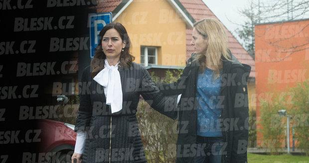 Jedna žije s hradním kancléřem, druhá zpovídá politiky. Mynářová a Witowská jdou bok po boku ze schůzky.