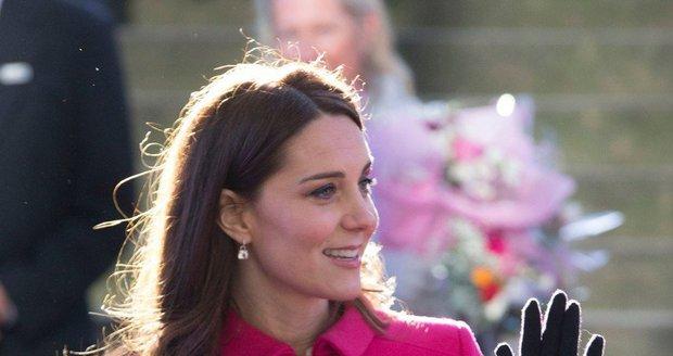 Růžový kabát Kate Middleton přivedl fanoušky k myšlence, že opět čeká holčičku.