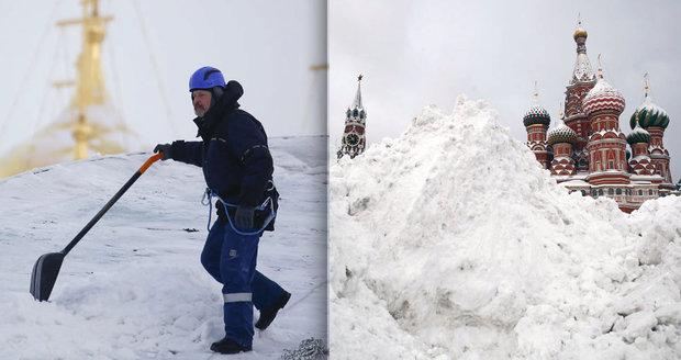 Moskvu zasypal stoletý sníh: Bouře zabíjela, firmy rozdaly speciální dovolené