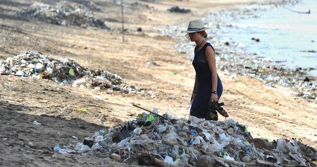 Pytle na odpadky a holé ruce: Tunisan uklidí během dvouměsíční cesty 30 pláží
