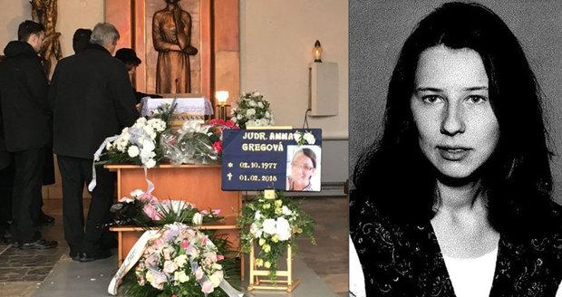 Přísně utajený pohřeb Anny (†40). Manželka elitního policisty se zastřelila jeho pistolí