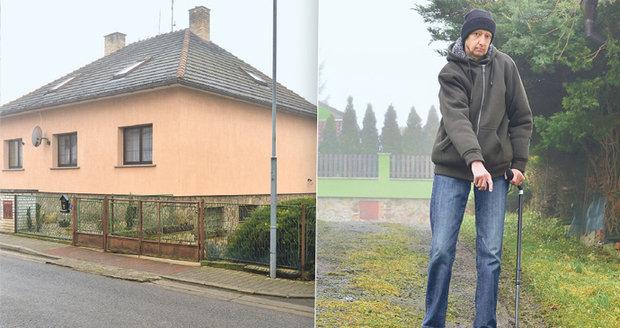 Pan Lupínek si na zledovatělém obecním chodníku zlomil nohu. Obec mu zranění odmítá proplatit.
