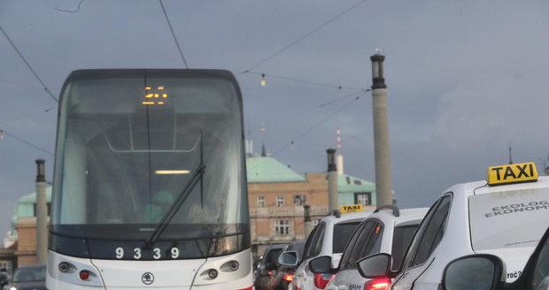 Taxikáři způsobili v centru Prahy dopravní kolaps.