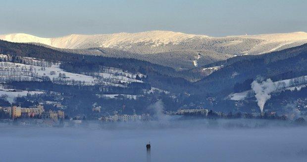Na vrcholcích Krkonoš bylo v polovině února sluníčko, Vrchlabí leželo pod inverzní poklicí