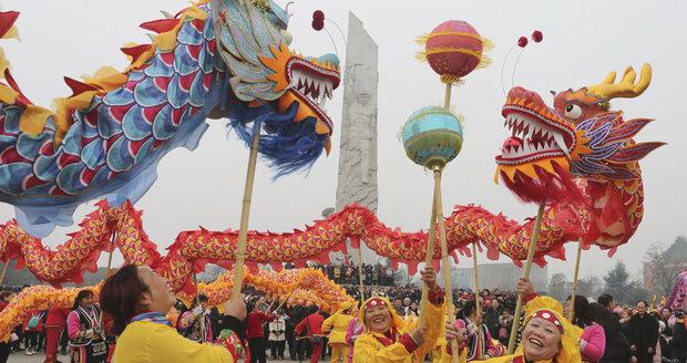 Začíná čínský rok psa. Asie bujaře slaví a hlásí: Čekají nás lepší časy