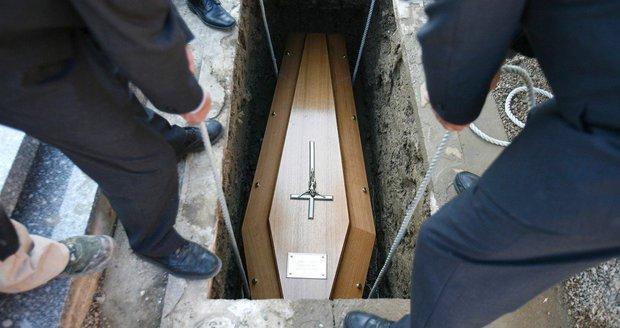 Obrovský šok! Matka (62) pochovala svého syna: Po 4 měsících jí zaťukal na dveře