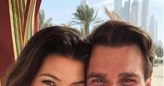 Leoš Mareš s manželkou Monikou na líbánkách v Dubaji
