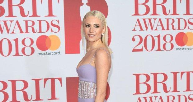 Zpěvačka Pixie Lott na udílení Brit Awards