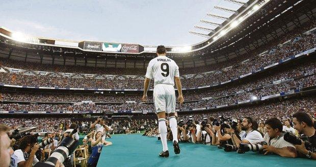 Bůh jménem Ronaldo - Když portugalský fotbalista Cristiano Ronaldo v červenci poprvé oblékl dres klubu Real Madrid a prošel se po molu na stadionu Santiago Bernabeu, byla to událost. Ochozy kvůli němu praskaly ve švech, i když jeho promenáda trvala jen pár minut.
