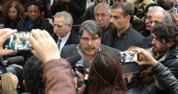 Turecko požádalo Česko o vydání zatčeného Kurda. Jeho příznivci demonstrují v Praze