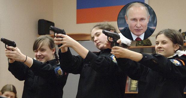 Školačky se učí střílet a házet granáty. Putinova Mladá armáda má dobýt i Krym