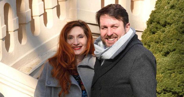 Tomáš Hauptvogel s těhotnou manželkou Monikou vyrazili na procházku v romantickém parku zámku Štiřín. Místní hotel, park, wellness i místní restauraci si oblíbili již před lety.