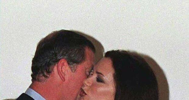 Harry nadšeně sleduje, kterak otec líbá Victorii Adams (později Beckham).