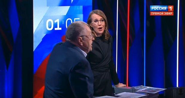 """""""Huso, blbko, prostitutko."""" Kandidátka chrstla rivalovi vodu do tváře, Putin debatu vynechal"""