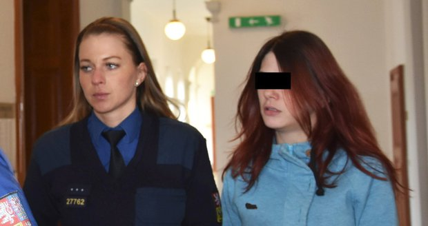 Jana F., obžalovaná z vraždy novorozeného synka, u Krajského soudu v Plzni.