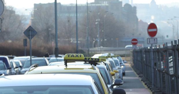 Kvůli současné situaci protestovali taxikáři už několikrát v pražských ulicích.