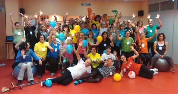 Účastníci loňského maratonu cvičení na pomoc lidí s roztroušenou sklerózou