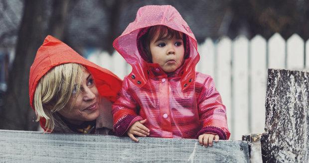 O víkendu se výrazně ochladí, po šesti týdnech dojde i na pláštěnky a deštníky